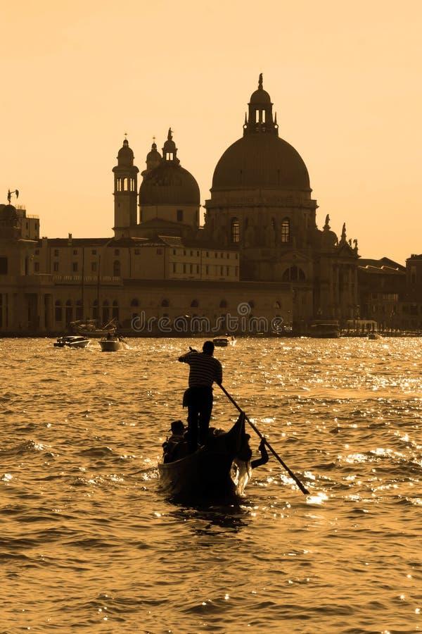 Gondole sur Grand Canal pendant l'heure égalisante, Venise, Italie, E image stock