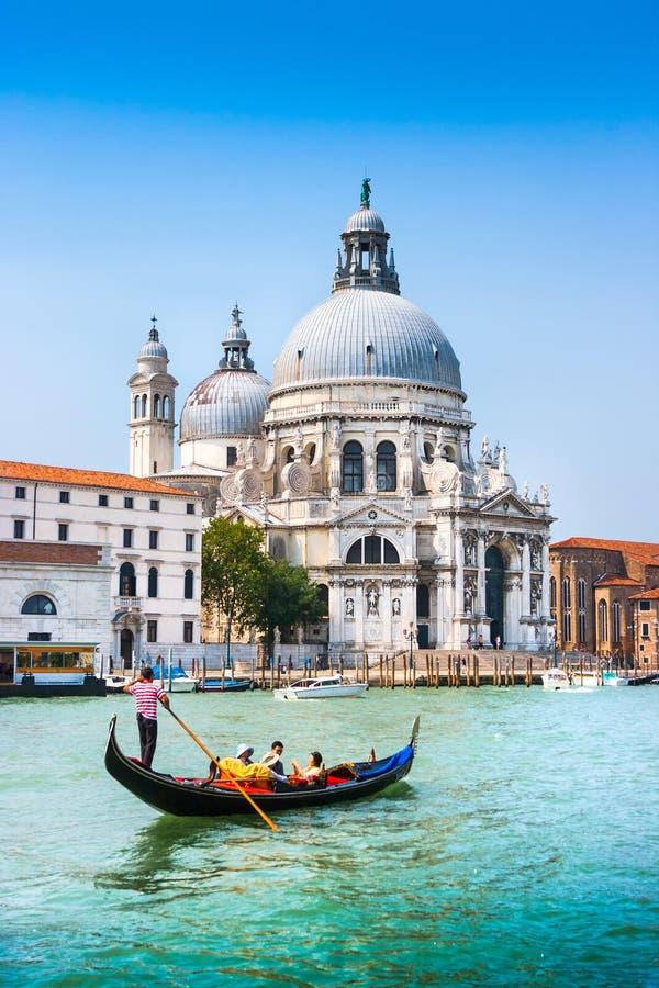 Gondole traditionnelle sur le canal grand avec des Di Santa Maria della Salute, Venise, Italie de basilique image libre de droits