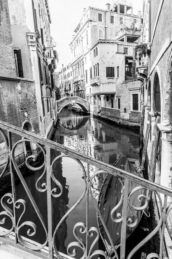 Gondole typique dans un canal vénitien étroit Architecture italienne traditionnelle Image noire et blanche images libres de droits