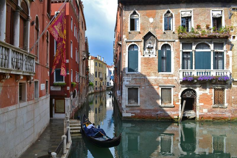 gondole vénitienne sur les eaux verdoyantes du canal de Venise Italie photo libre de droits