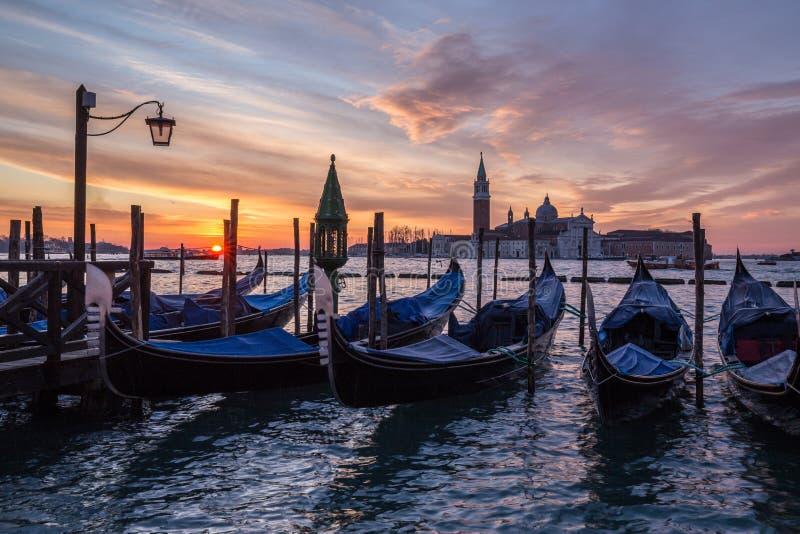 Gondole veneziane alla piazza San Marco ad alba fotografia stock libera da diritti