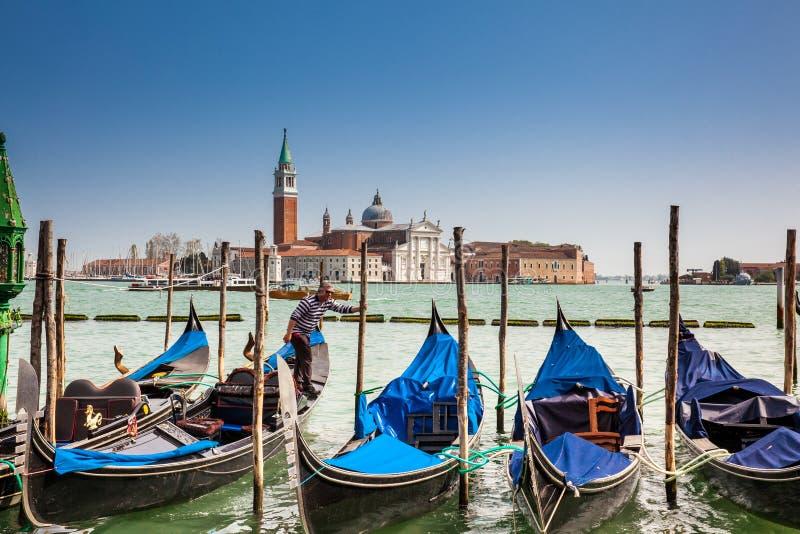 Gondole veneziane tradizionali a Grand Canal davanti alla bella Basilica Di San Giorgio fotografie stock libere da diritti