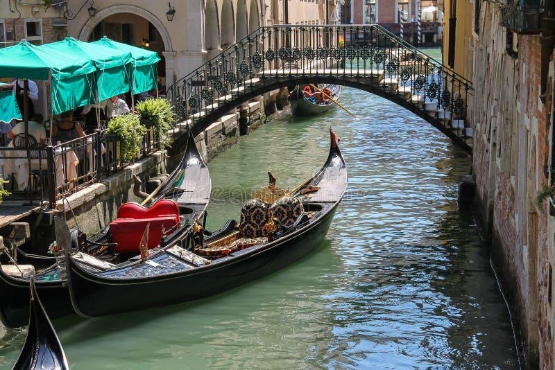 Gondole vide sur le canal de Venise, Italie photographie stock libre de droits
