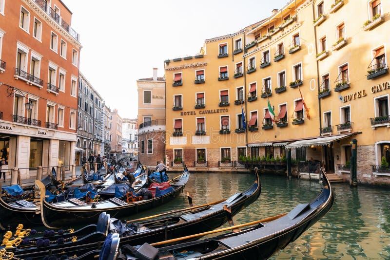 Gondole w gondoli stacji w Orseolo basenie, Wenecja, Włochy obrazy stock