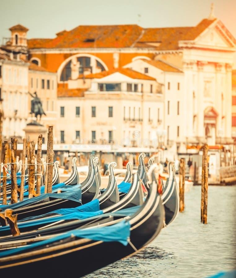 Download Gondole w kanale w Wenecja zdjęcie stock. Obraz złożonej z kanał - 53790030
