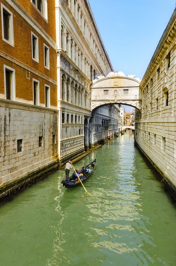 Gondoleiro no passeio da gôndola sob a ponte das vistas em Veneza imagens de stock