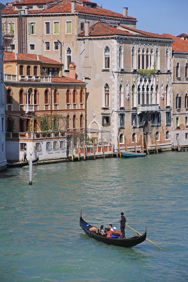 Gondolen turnerar i Venedig Italien arkivfoton