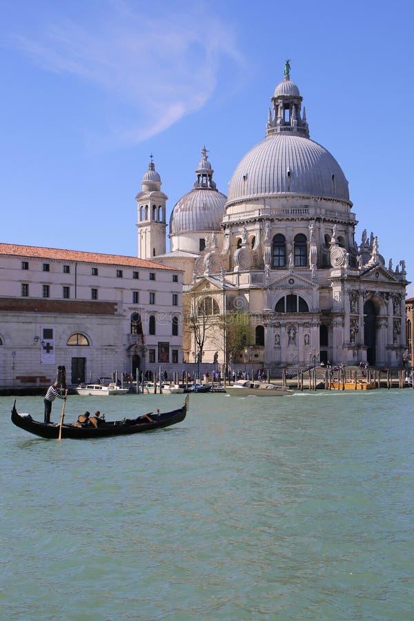 Gondolen turnerar i Venedig Italien royaltyfri bild