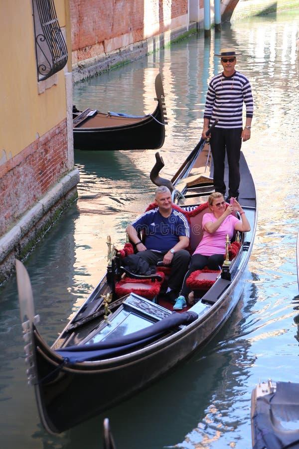 Gondolen turnerar i Venedig Italien arkivbilder