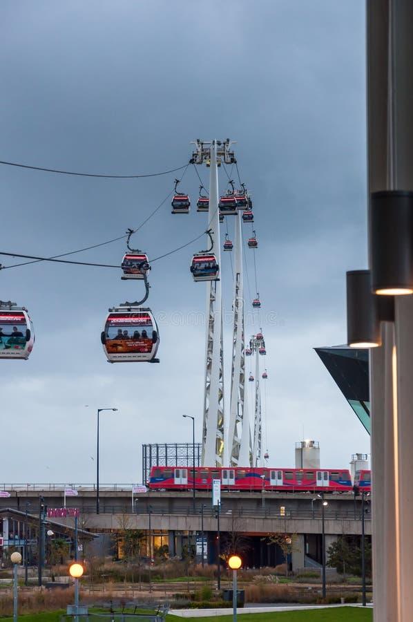 Gondoler av emiratluftlinjen kabelbil i London på en regnig dag royaltyfria foton