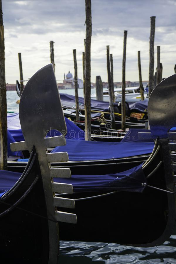 Gondoler i den Venedig lagun royaltyfri bild