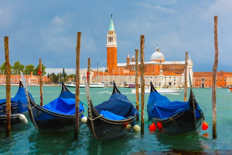 Gondoler i den Venedig lagun efter stormen, Italia royaltyfria bilder