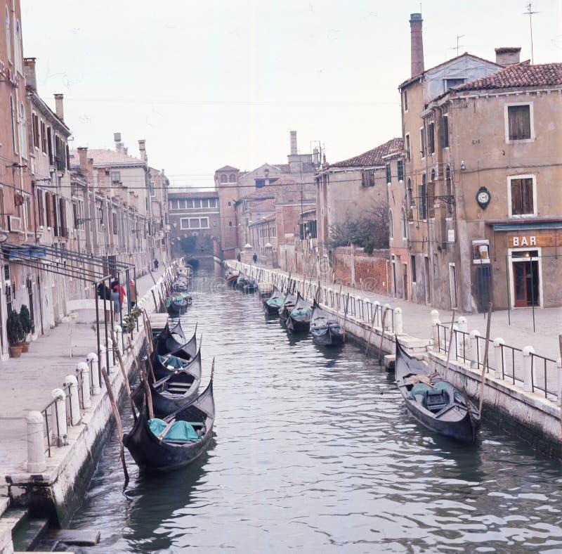 Gondoler i en gammal romantisk kanal i Venedig royaltyfri fotografi