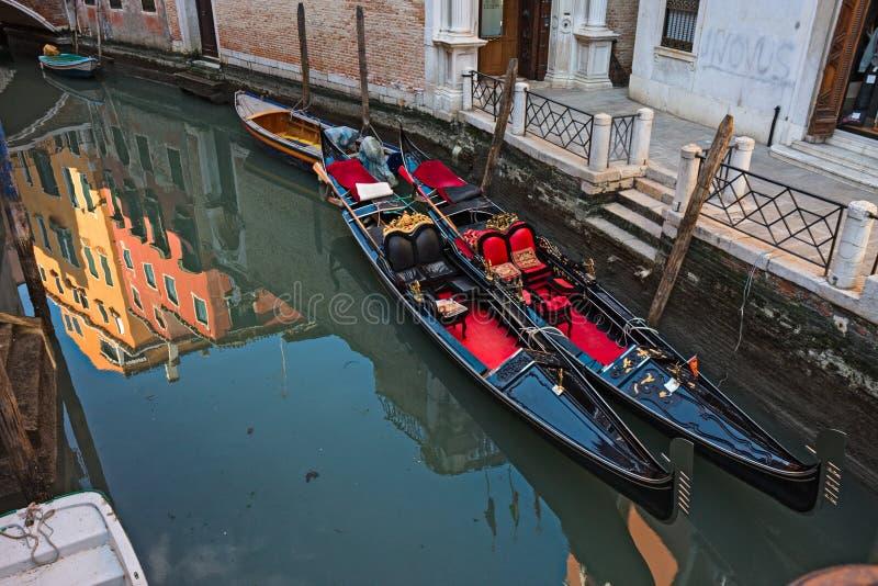 Gondoler i en Venetian kanal royaltyfria bilder