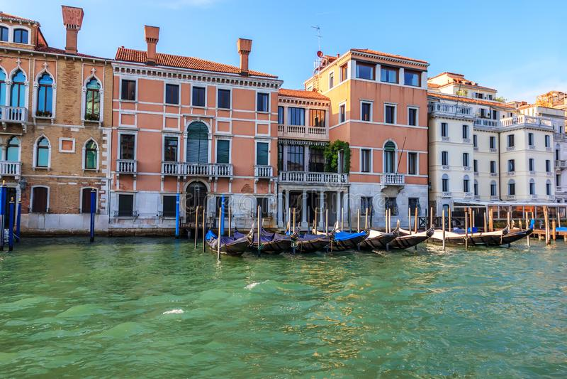 Gondoler i Grand Canal av Venedig, Italien arkivfoton