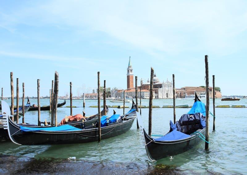 Gondoler i hamn i Venedig royaltyfri bild