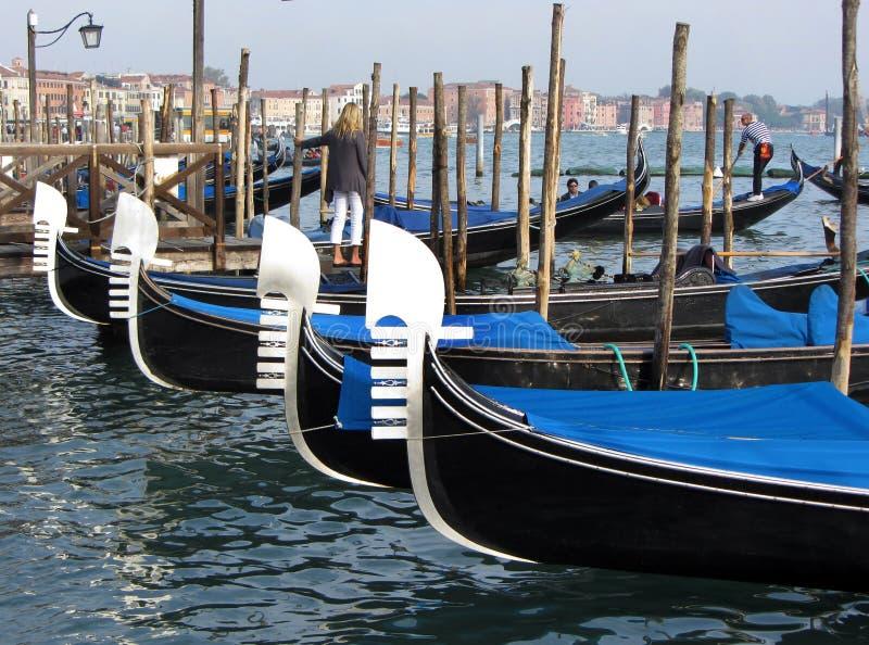 Gondoler i hamnen arkivbild