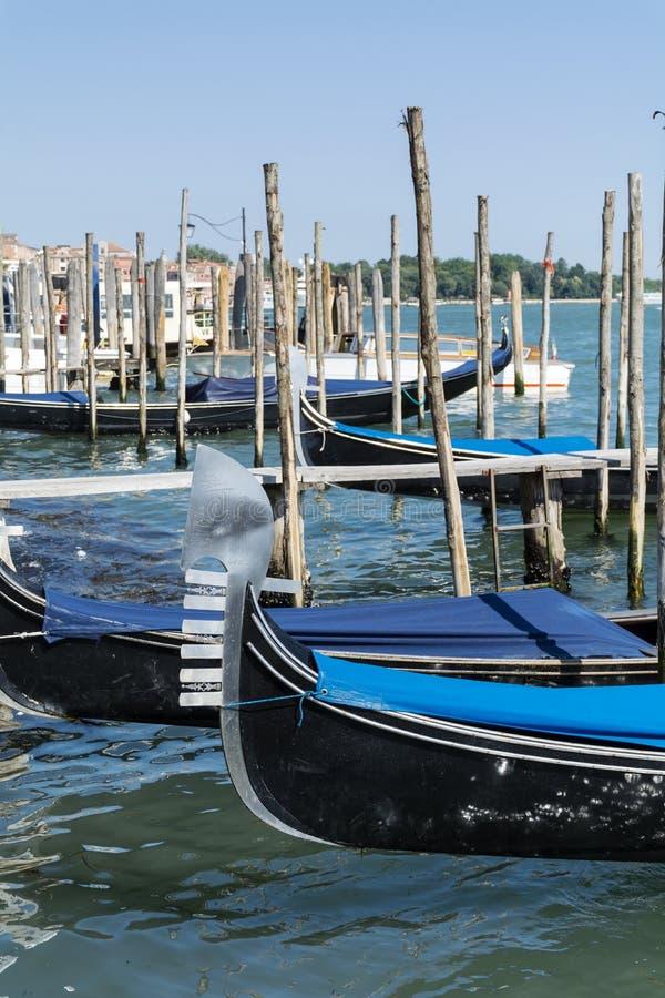 gondoler i havet av Venedig, Italien arkivfoton