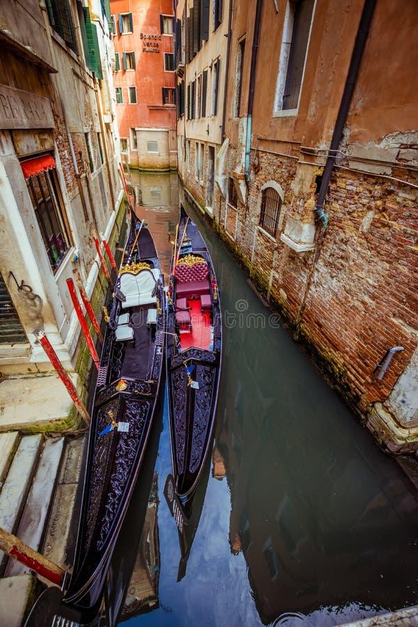 Gondoler i italiensk gata arkivbild