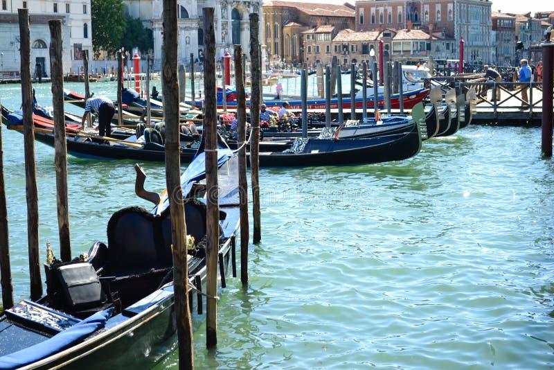 Gondoler i Venedig Italien royaltyfri bild