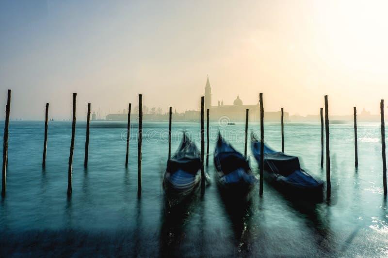 Gondoler i Venedig under en dimmig/dimmig vårdag arkivbilder