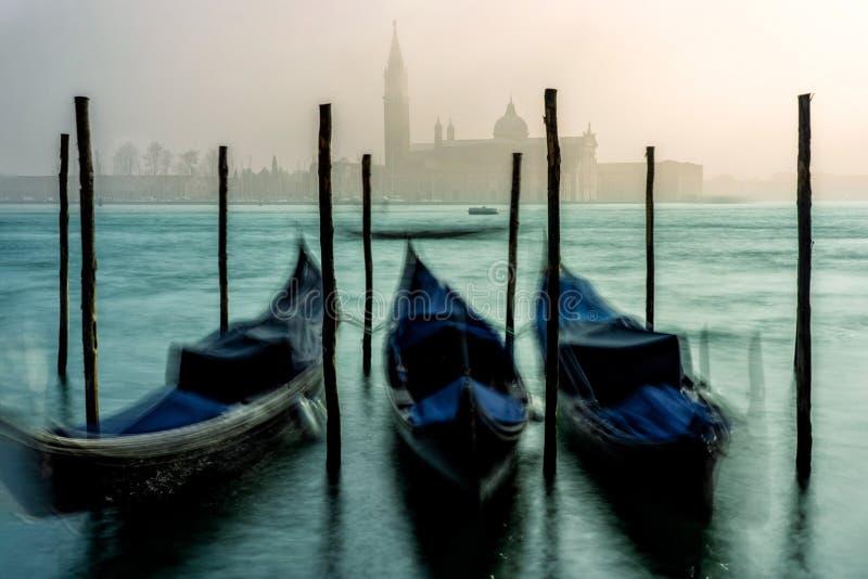 Gondoler i Venedig under en dimmig/dimmig vårdag royaltyfri foto