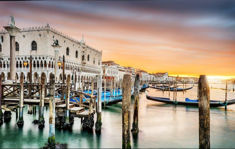 Gondoler i Venezia royaltyfria bilder
