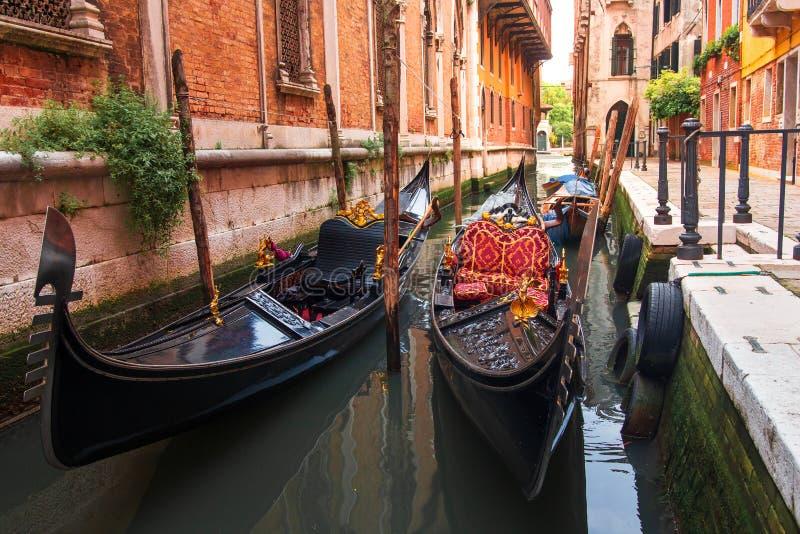 Gondoler i Venezia längs gamla hus i smal kanal Venedig cityscape Venetian gatalandskap arkivfoto