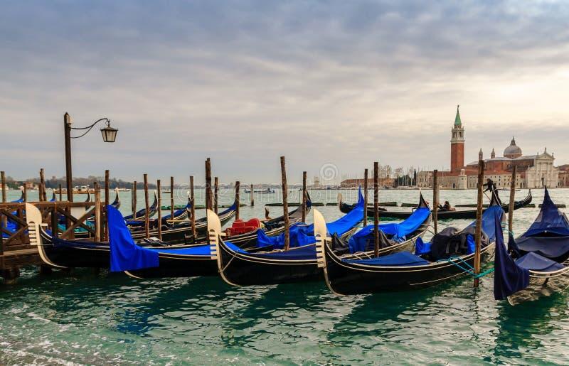 Gondoler i vinterdagen, Venedig, Italien royaltyfria foton