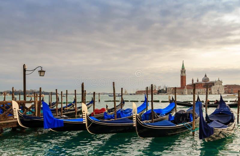 Gondoler i vinterdagen, Venedig, Italien royaltyfri foto