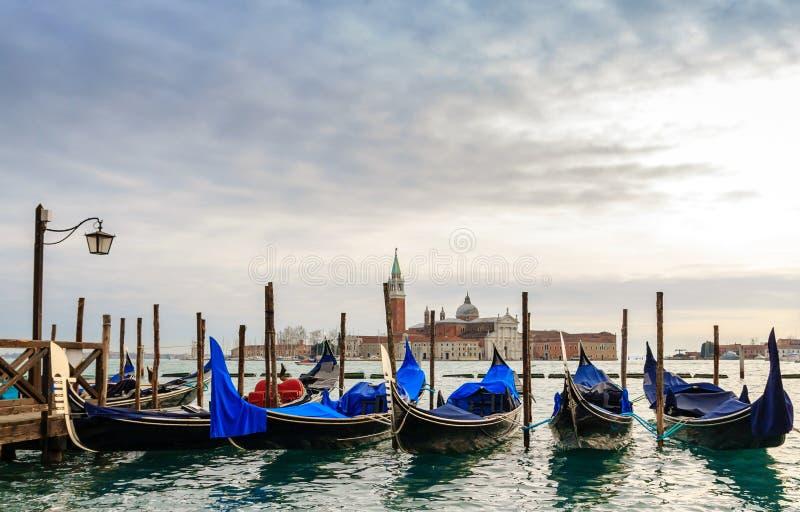Gondoler i vinterdagen, Venedig, Italien royaltyfri fotografi