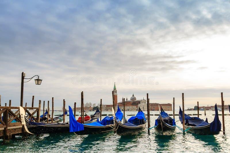Gondoler i vinterdagen, Venedig, Italien royaltyfri bild