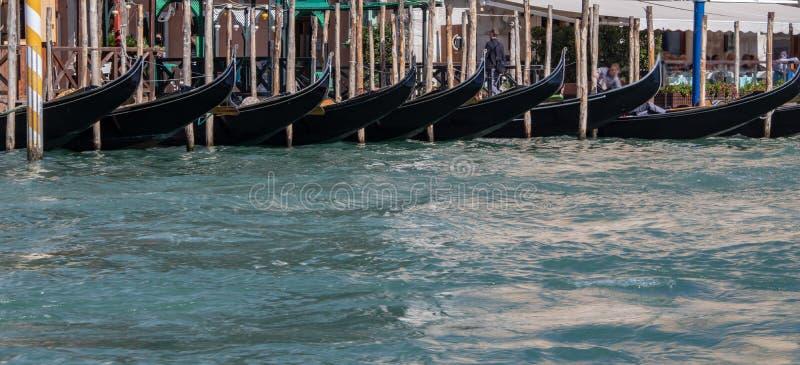 Gondoler längs Grand Canal av Venedig royaltyfria foton