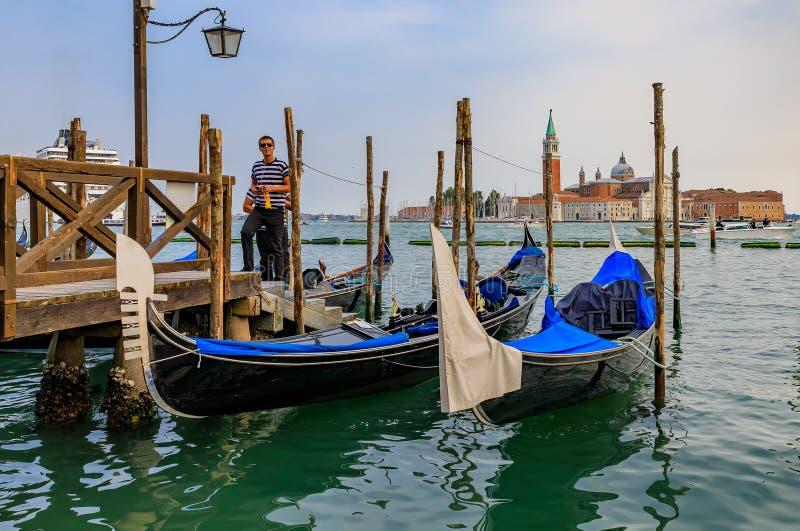 Gondoler längs Grand Canal på St Marco kvadrerar med San Giorgio M fotografering för bildbyråer