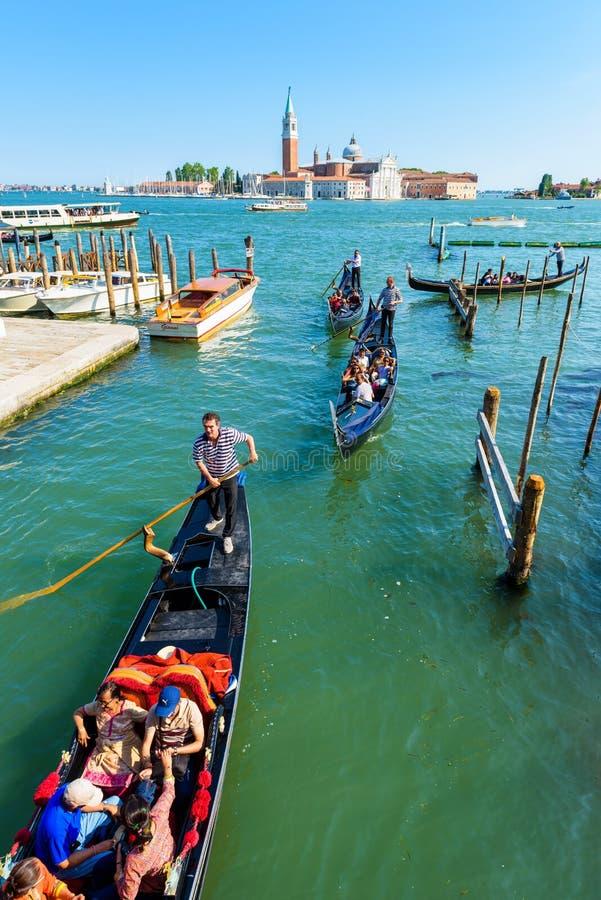 Gondoler med turister i Venedig arkivfoto