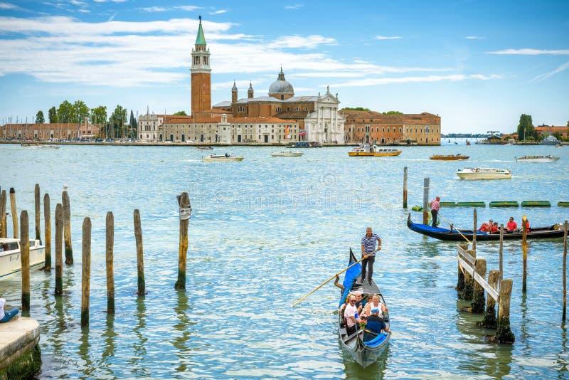 Gondoler med turister i Venedig, Italien royaltyfri bild