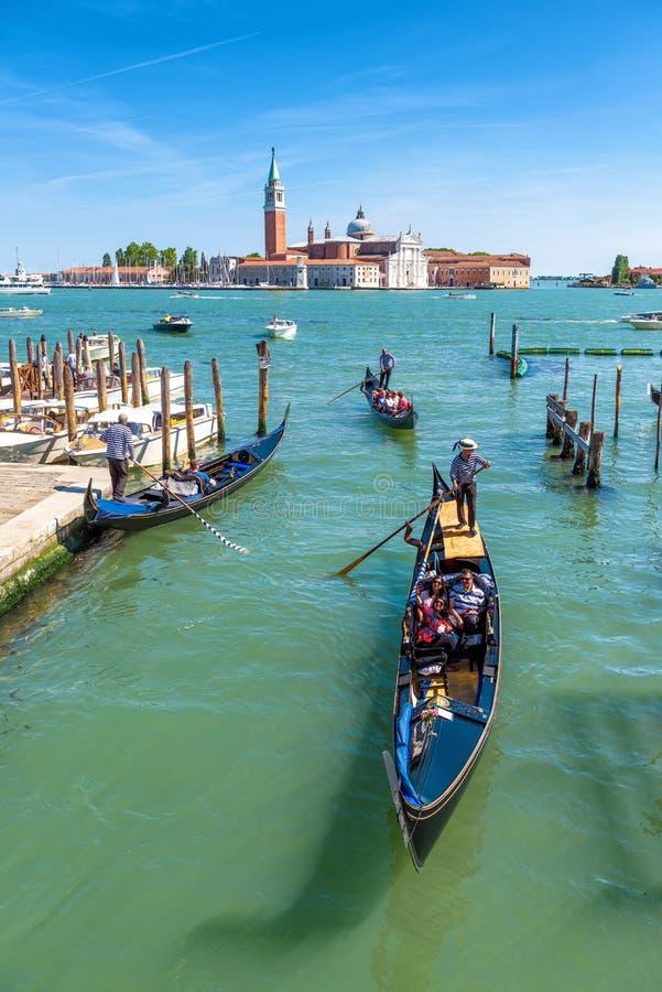 Gondoler med turister seglar i Venedig royaltyfria bilder
