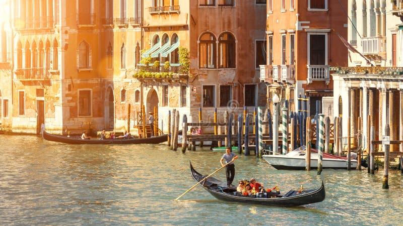 Gondoler med turister som seglar längs Grand Canal, Venedig fotografering för bildbyråer