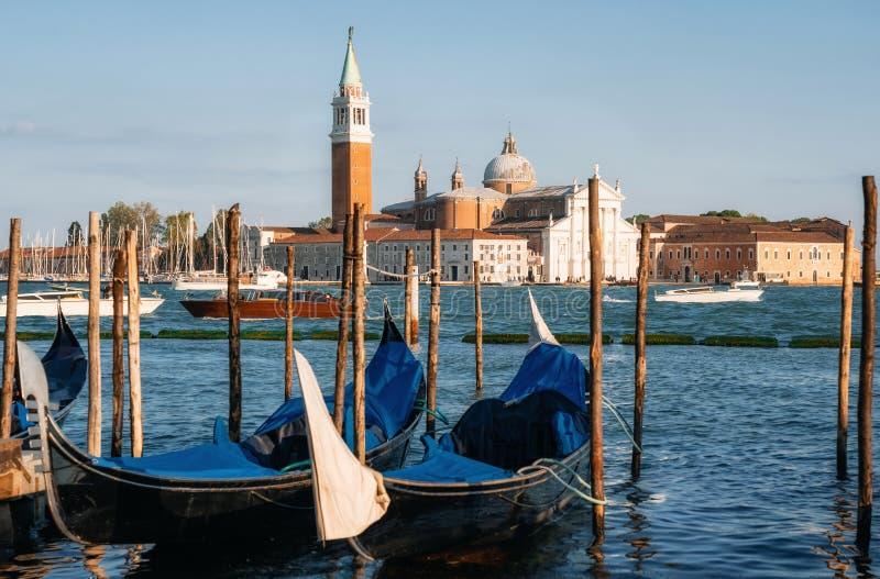 Gondoler mot fartyg och den San Giorgio Maggiore ön, Venedig, Italien royaltyfria bilder