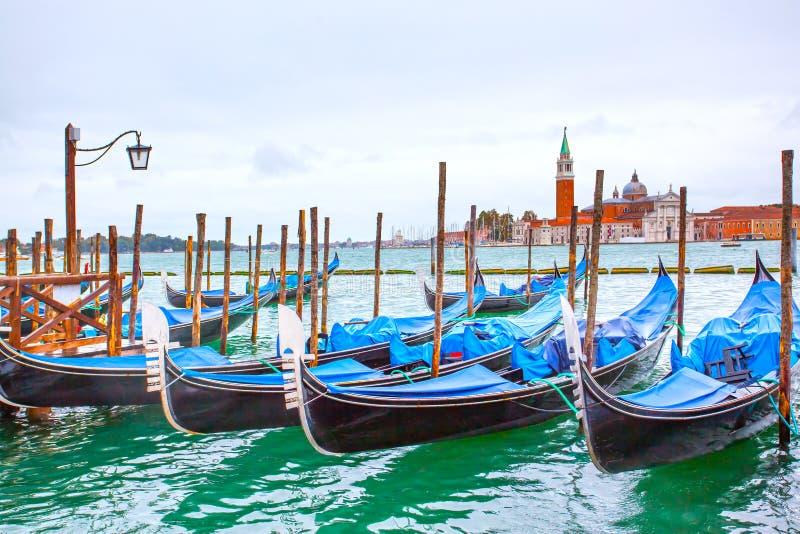 Gondoler nära den St Mark fyrkanten i Venedig arkivfoton