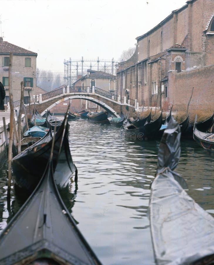 Gondoler och fartyg i en tyst kanal i Venedig royaltyfria bilder