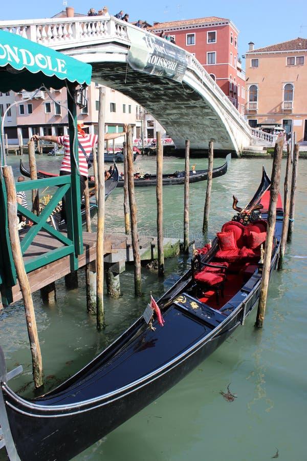 Gondoler och gondoljärer på Grand Canal i Venedig, Italien royaltyfri fotografi