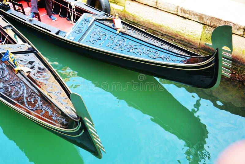 Gondoler och gräsplanvatten, Venedig, Italien royaltyfria bilder