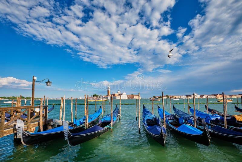 Gondoler och i lagun av Venedig vid den San Marco fyrkanten italy venice arkivbilder