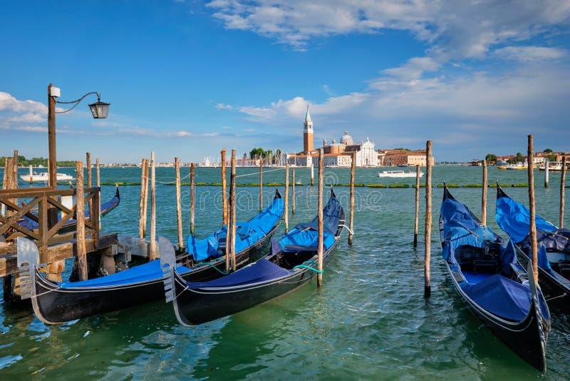 Gondoler och i lagun av Venedig vid den San Marco fyrkanten italy venice arkivfoton