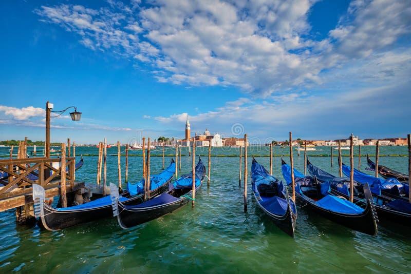 Gondoler och i lagun av Venedig vid den San Marco fyrkanten italy venice fotografering för bildbyråer