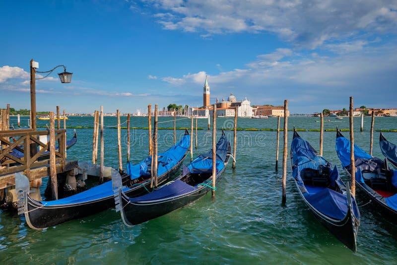 Gondoler och i lagun av Venedig vid den San Marco fyrkanten italy venice royaltyfri foto