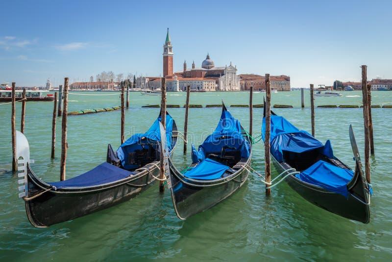 Gondoler och San Giorgio Maggiore Church i Venezia royaltyfri bild