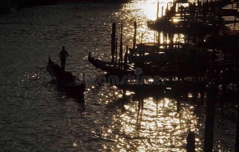 Gondoler på Canale Grende mot solljus arkivfoton