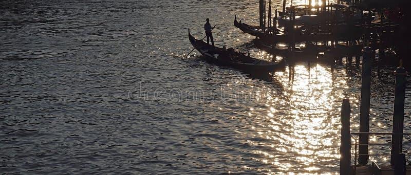 Gondoler på Canale Grende mot solljus royaltyfri foto
